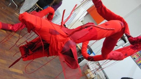 L'anno del Drago (opera in rosso) rete metallica, imbottitura sintetica, stoffa e materiali vari 2012 16 m x 60 cm c.a.